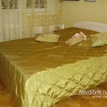 Золотистое покрывало на кровать