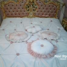 Покрывало и подушки в стиле барокко