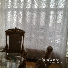 Вариант оформления шторами для углового окна в гостиную элитного дома в центре Москвы