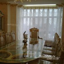 Оформление шторами углового окна в гостиную элитного дома в центре Москвы