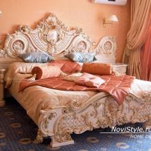 Шторы и покрывало на кровать в классическом стиле