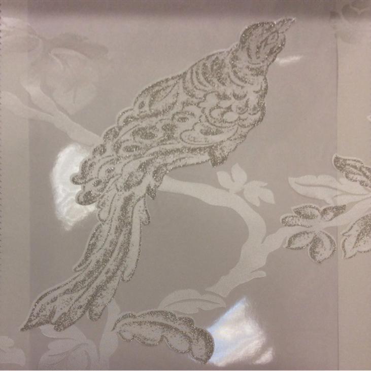 Красивая портьерная ткань в стиле барокко Botticelli 28. Италия, портьерная ткань для штор. На прозрачном фоне серебристая птица с блеском