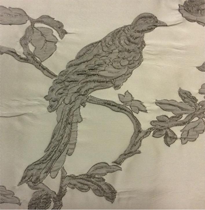 Итальянская ткань для штор Botticelli 30. Италия, портьерная, стиль барокко. На светлом фоне серая птица в интернет-магазине Москва