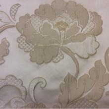 Светлая ткань с кремовыми цветами с вышивкой Olbia, цвет Ivory. Европа, Бельгия, портьерная ткань средней плотности. На светлом фоне кремовые цветы