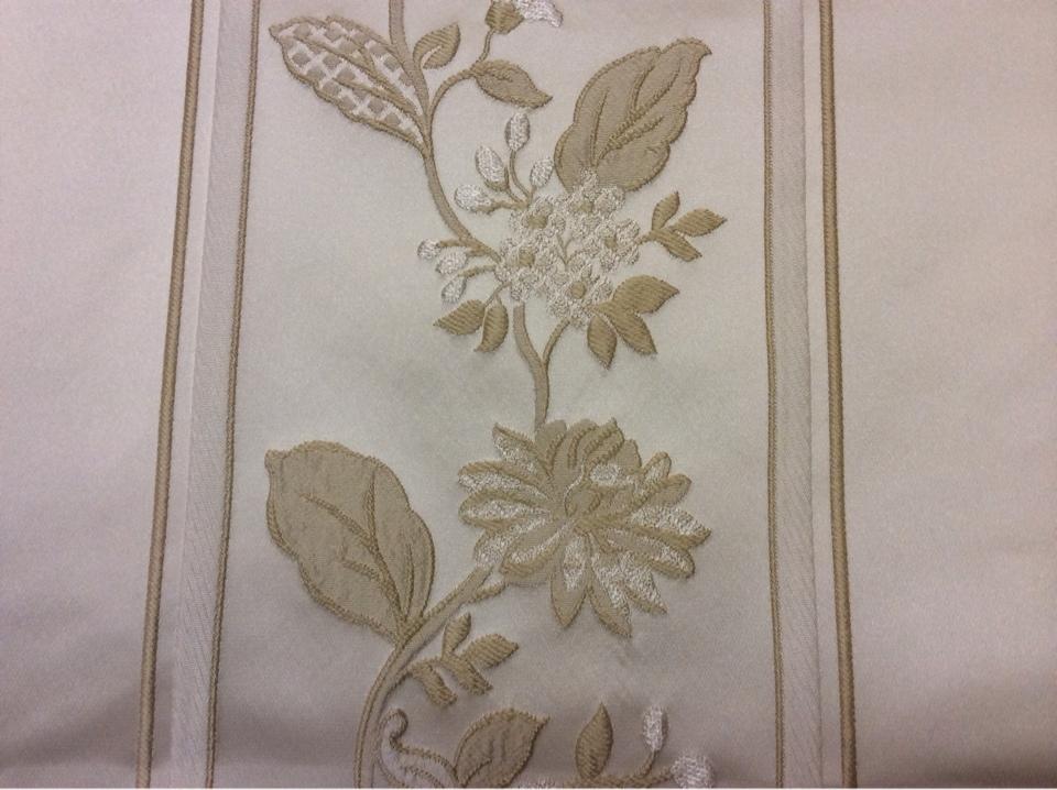 Ткань атлас с вышивкой Isernia, цвет Ivori. Европа, Бельгия, полиэстер, вискоза, портьерная ткань. На светлом фоне золотистые цветы