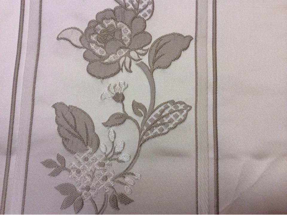 Бельгийская ткань с вышивкой из атласа Isernia, цвет Grain. Европа, Бельгия, вискоза, полиэстер, портьерная. На светлом фоне серые цветы