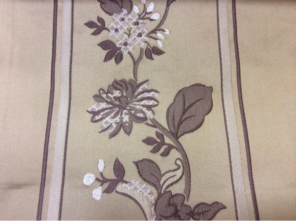 Ткань для штор с вышивкой из вискозы Isernia, цвет Amethyst. Европа, Бельгия, портьерная. На бежевом фоне цветы аметистового оттенка