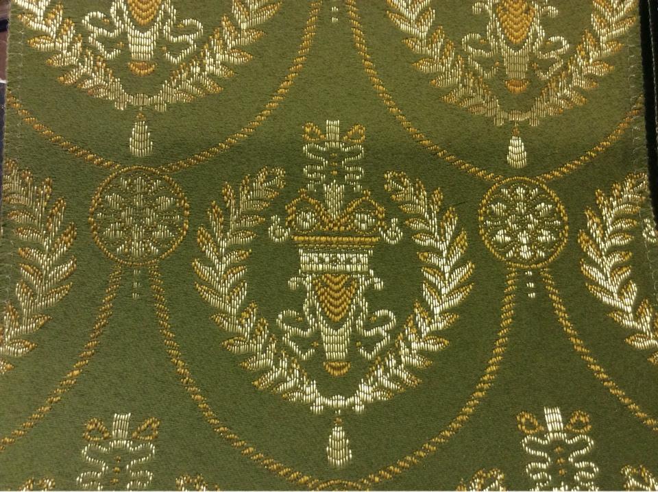 Красивая французская ткань в классическом стиле 2381/50. Европа, Франция, атлас с вышивкой, портьерная ткань. Зелёный фон, золотистый орнамент купить