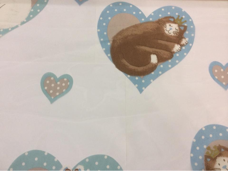Ткань в детскую с кошками и сердечками Misifu 4. Испания, Европа, тонкий тюль. На прозрачном фоне шоколадные с голубым кошечки заказать с каталога