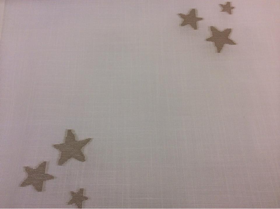 Тюлевая ткань с хлопковой нитью Cindy 26. Испания, Европа, тонкий тюль. На белой сетке  коричневые звёзды в Мск