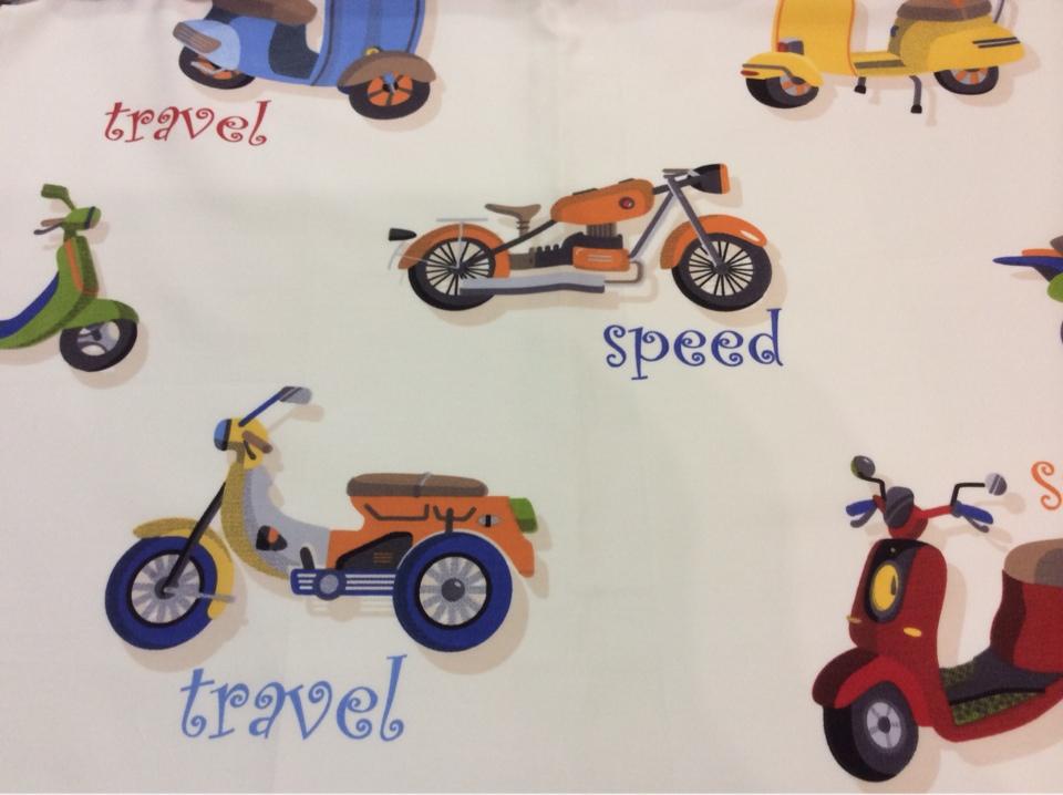 Ткань для детской комнаты с мотоциклами Vespa. Airjet. Col 01. Испания, Европа, портьерная. На белом фоне цветные мотоциклы купить, заказать с доставкой
