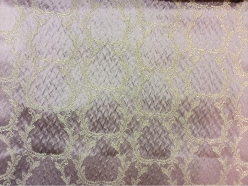 Рифлёный атлас, вискоза Gretta 110. Италия, Европа, портьерная ткань для штор. Сиреневый фон, золотистый орнамент купить в Москве