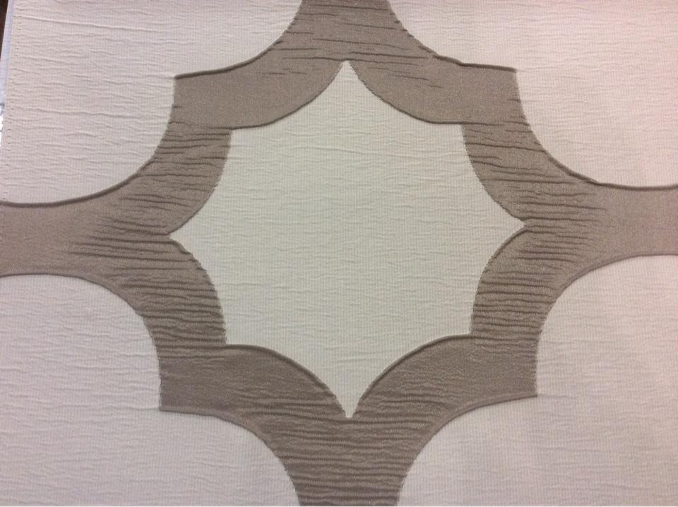 Жатая ткань с крупным орнаментом Alicante 48. Италия, Европа, портьерная. Серовато-титановый фон купить ткань из каталога в Москве с доставкой на дом