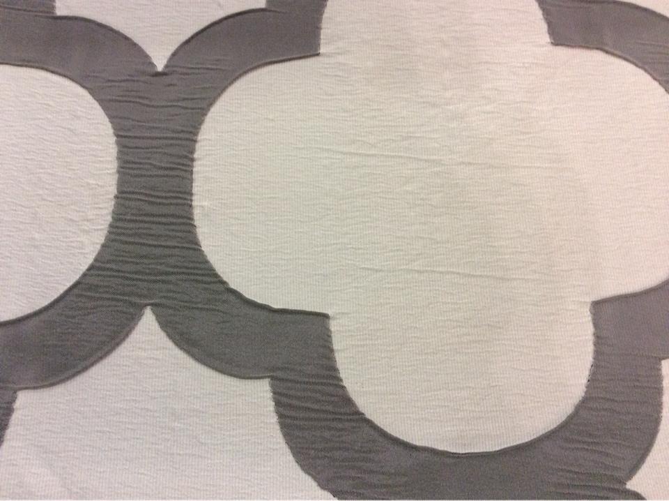 Жатая ткань с крупным орнаментом Alicante 56. Европа, Испания, портьерная. Светло-серый фон, тёмно-серый орнамент в каталоге ткани