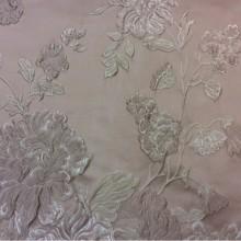 Жаккардовая ткань с рельефным орнаментом Elea, col 8. Италия, Европа, портьерная ткань для штор. На фоне пудрового оттенка серебристо-розовые цветы