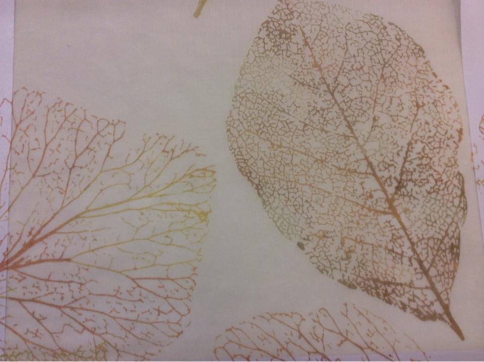 Купить Тонкую тюлевую ткань в мелкую сетку с вискозной нитью 2515/92. Европа, Италия, тюль. На кремовом фоне осенние листья