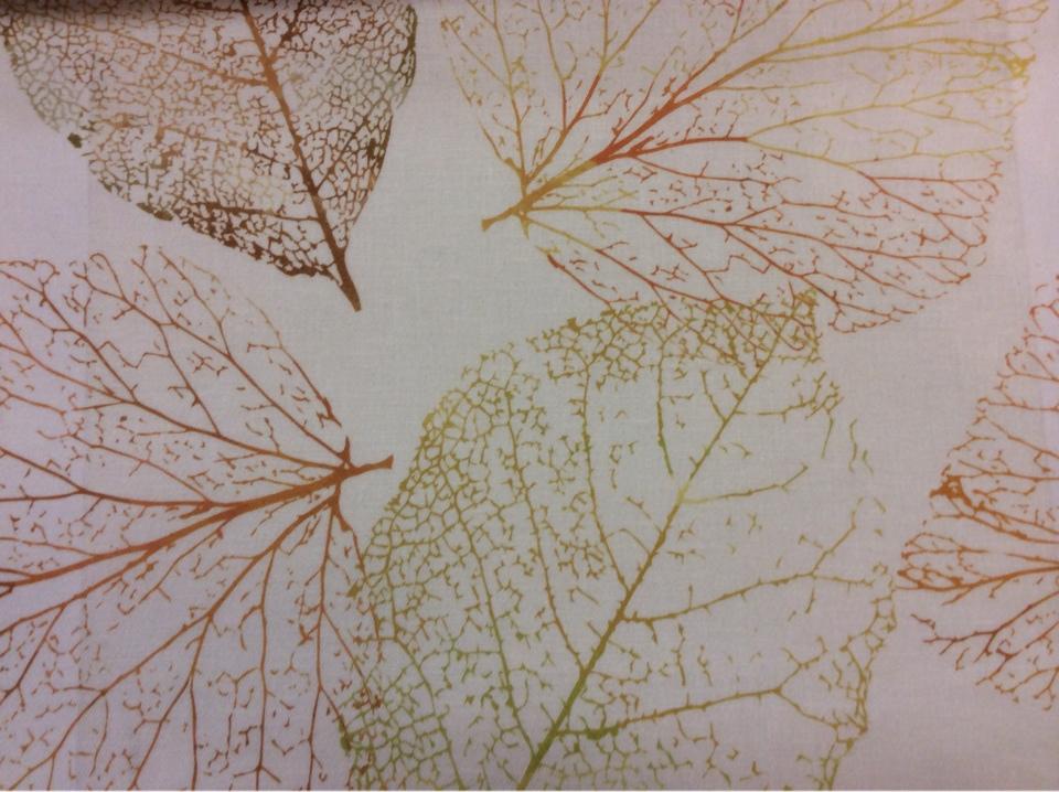 Портьерная натуральная ткань из хлопка и льна с осенними листьями 2501/92. Италия, портьерная ткань для штор. На кремовом фоне осенние листья