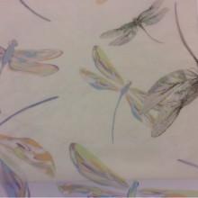 Купить тюлевую ткань с цветными стрекозами 2495/43. Италия, тонкий тюль. На прозрачном фоне цветные стрекозы