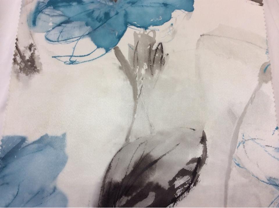 Заказать ткань из атласа на светлом фоне крупные цветы в синих оттенках, акварель Clematis, col 19. Турция, портьерная.