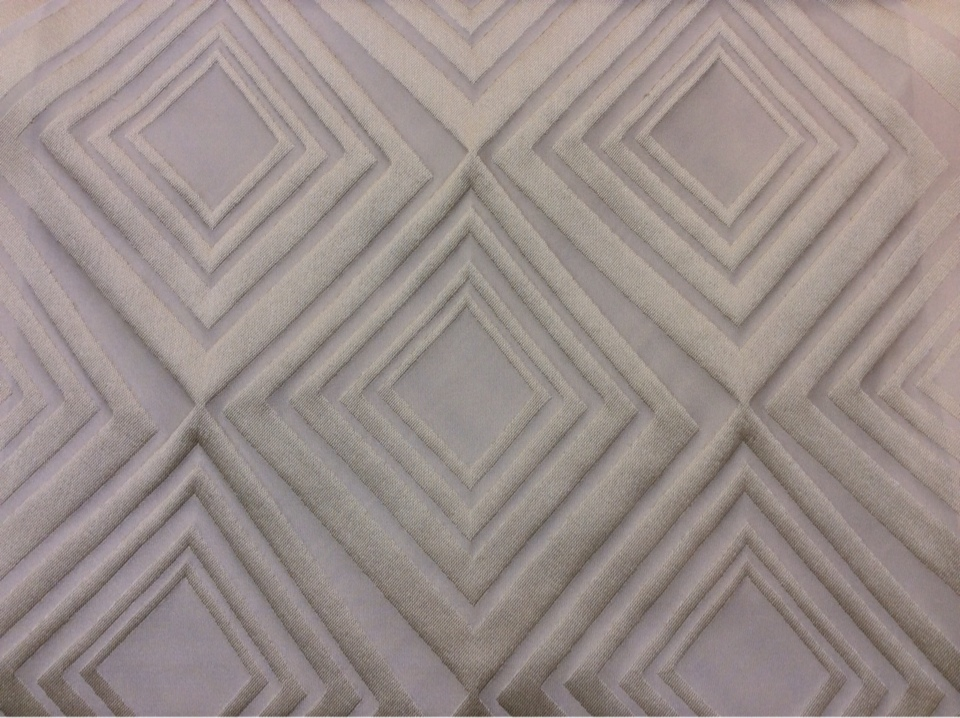 Портьерная ткань в современном стиле с эффектом 3D Арт: 2549/11. Итальянский каталог ткани. Асимметричные ромбы в ванильно-кремовых оттенках