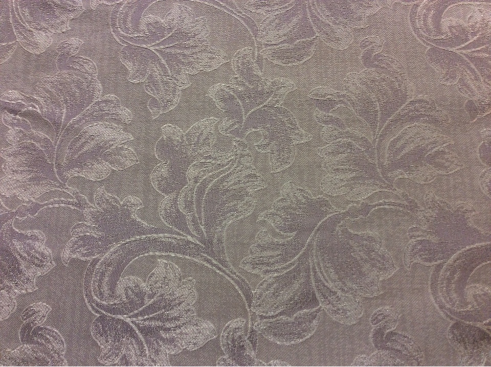 Шикарная ткань для штор с серебристо-сиреневыми листьями дуба на светлом фоне Celine, col 111. Европа, Бельгия, портьерная ткань.