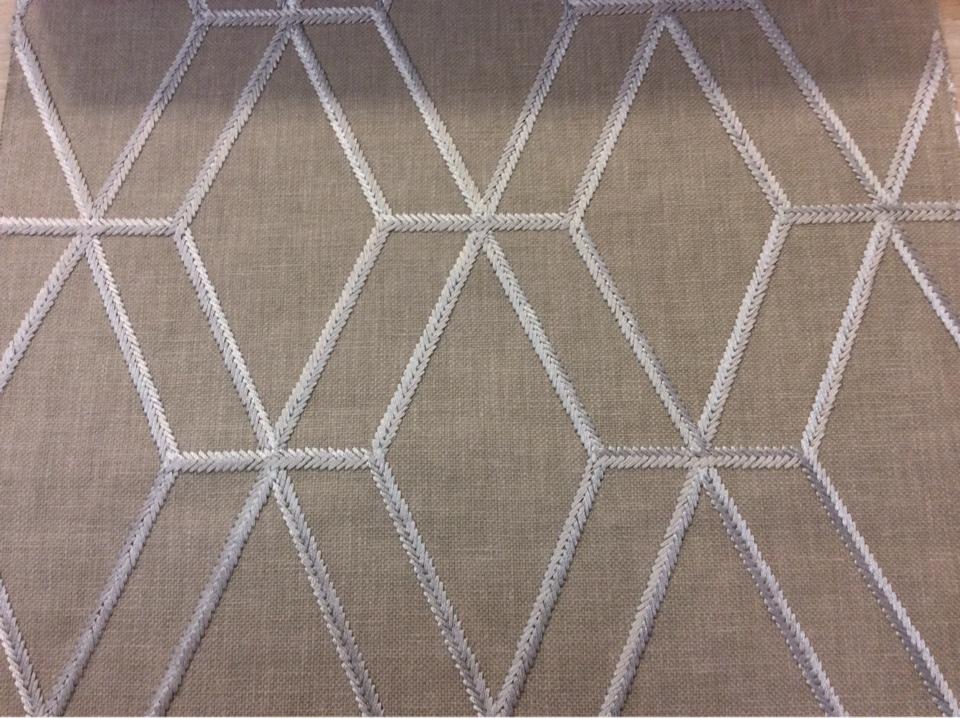 Европейская ткань для штор в стиле лофт, хай-тек, минимализм, кубизм, модерн Hedge, col Plaza. Бельгия, портьерная, плотная ткань. На серо-бежевом фоне ромбовидные линии серебристого оттенка