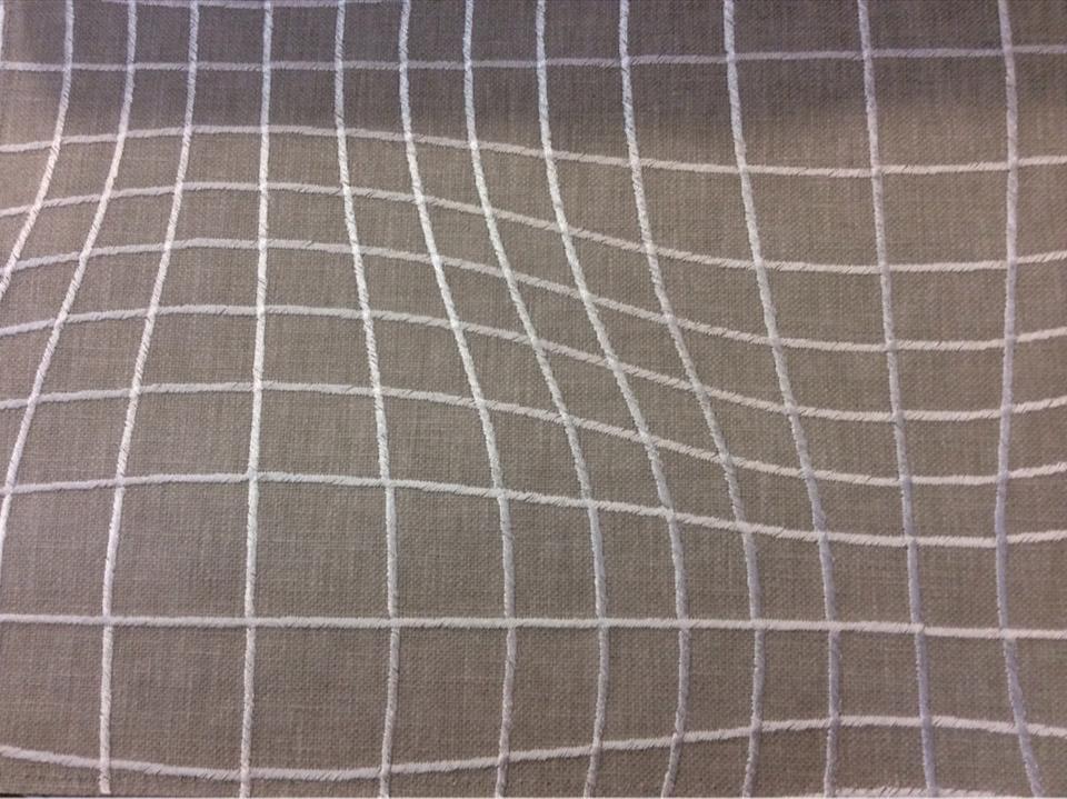 Модная, современная, стильная, необычная ткань для штор Illusion, col String. Бельгийский каталог ткани, портьерная. На серо-бежевом фоне ускользающие абстрактные линии серебристого оттенка