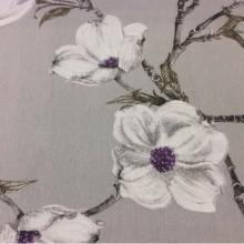 Заказать портьерную плотную ткань  из хлопка с растительным орнаментом, На сером фоне крупные белые с сиреневым цветы, Высота 2,80, Super Izumi Hp, col Gris, Испанский каталог ткани для штор на заказ.