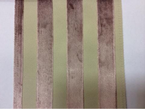 Заказать натуральную ткань с бархатной набивкой, На светлом фоне вертикальные полоски цвета аметист, Ширина 1,40, Bosco, col 02, Итальянский каталог ткани для пошива штор на заказ.