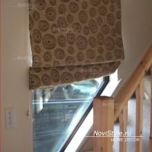 Римские шторы на окно у лестницы