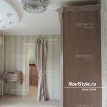 Оформление элитной спальни римскими шторами с ламбрекеном
