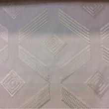Ткань с хлопковой нитью в современном стиле Labyrinth, col Ice. Бельгийский каталог ткани в стиле лофт, хай-тек, хай-энд, минимализм, арт-деко. Абстрактные ромбовидные фигуры молочного оттенка