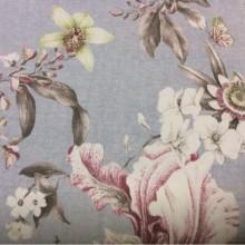Заказать портьерную плотную ткань из хлопка с цветочным орнаментом, На голубом фоне крупные цветы и листья в розовых, серых и салатовых оттенках, Super Fiona Donana, col Gris, Испанский каталог ткани для штор на заказ.