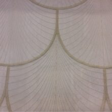 Тюлевая ажурная ткань с мягкими полукружьями в кремово-бежевых оттенках